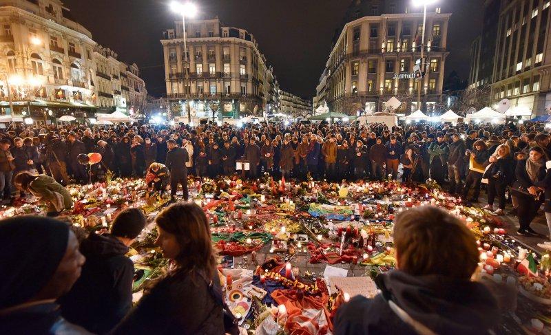 Nach den Terroranschlägen versammelten sich am Abend des 23. März hunderte Trauernde im Zentrum von Brüssel. Fotos: picture alliance