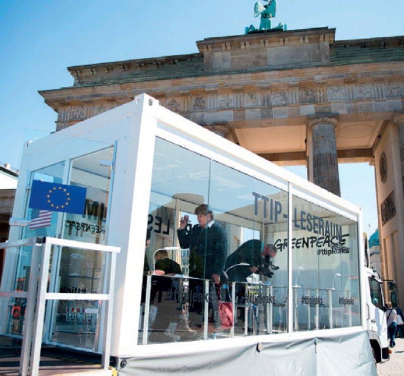 Im TTIP-Leseraum von Greenpeace vor dem Brandenburger Tor konnten Teile der geheimen Unterlagen eingesehen werden. Foto: dpa