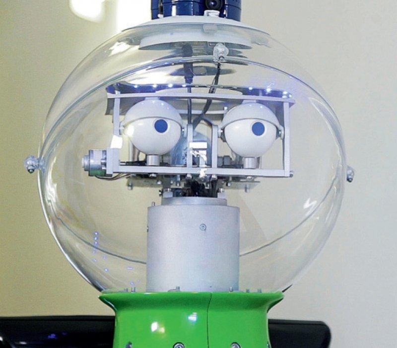 Serviceroboter Roreas wird derzeit noch von einem Techniker im Hintergrund gesteuert