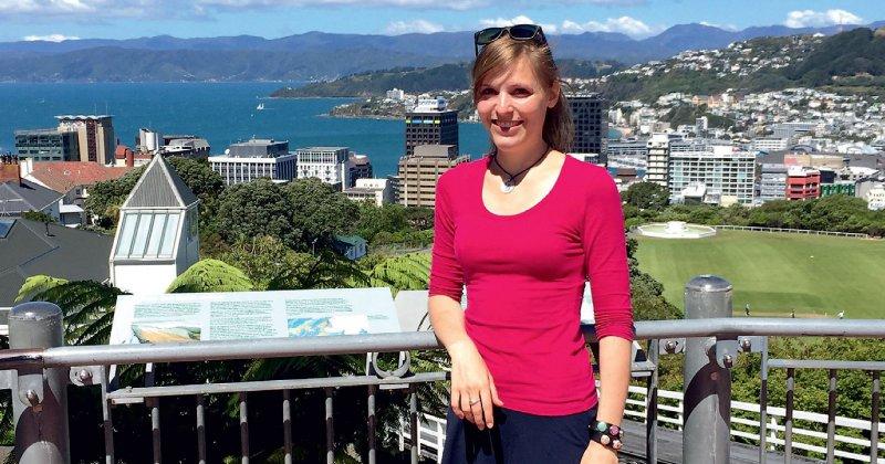 """Charlott Harms genießt die Aussicht am Cable Car in Wellington: """"Es herrscht eine sehr gute Arbeitsatmosphäre in Neuseeland. Die Hierarchien sind sehr flach, auf Station sind alle kollegial und hilfsbereit. """" Charlott Harms; Foto: privat"""
