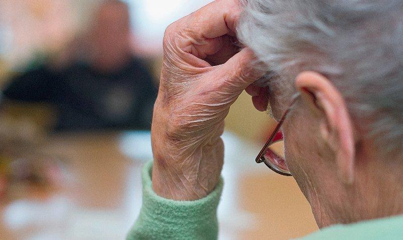Über gruppennützige Forschung, etwa an Demenzkranken, sind die Parlamentarier geteilter Meinung. Foto: dpa