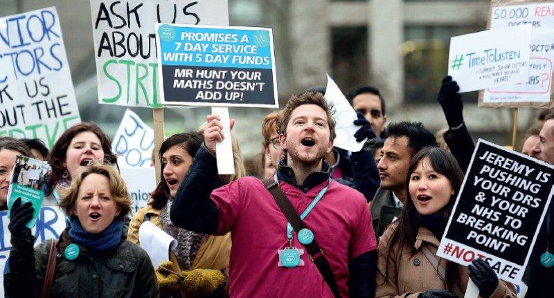 Protest gegen Regierungspläne: Wie hier in London gingen am 12. Januar landesweit Assistenzärztinnen und -ärzte für angemessene Arbeitszeiten und gegen Gehaltskürzungen auf die Straße. Foto: picture alliance