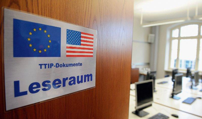 Einblicke: Die Bundestagsabgeordneten dürfen in einem Leseraum im Bundeswirtschaftsministerium die geheimen TTIP-Papiere einsehen. Handys sind verboten. Foto: picture alliance