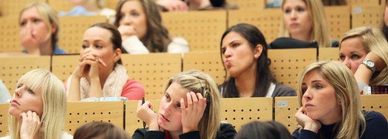 Bereits während eines Hochschulstudiums Psychotherapie sollte ein angemesser Praxisbezug vermittelt werden. Foto: dpa
