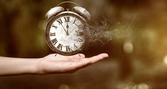 Uhr Zeit verinnt Altern /stock.adobe.com lassedesignen