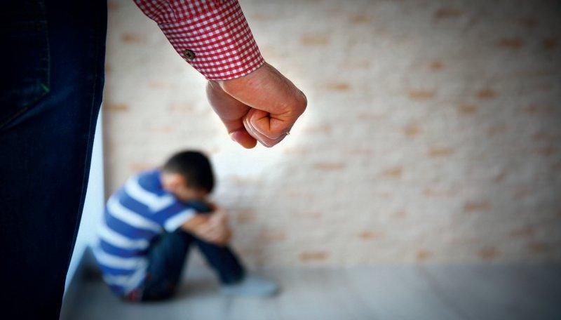 Beim Verdacht auf eine Kindeswohlgefährdung dürfen Ärzte, Hebammen oder andere Gesundheitsberufe erforderliche Daten an Jugendämter weitergeben. Foto: AfricaStudio-stockadobecom