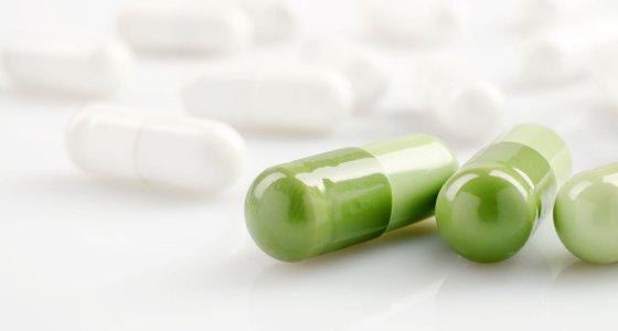 Grüne und weiße Tabletten. /Grycaj, stock.adobe.com