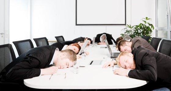Büroschlaf, einnicken auf der Arbeit /gewitterkind, stock.adobe.com