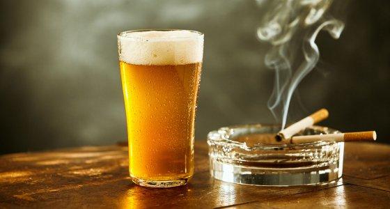 Bier und Zigarette /exclusive-design, stock.adobe.com