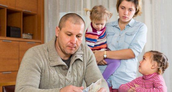 Familie mit 2 Kindern zählt das Geld. /JackF, stock.adobe.com