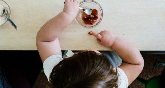 Übergewichtiges Kind beim Essen. /dpa