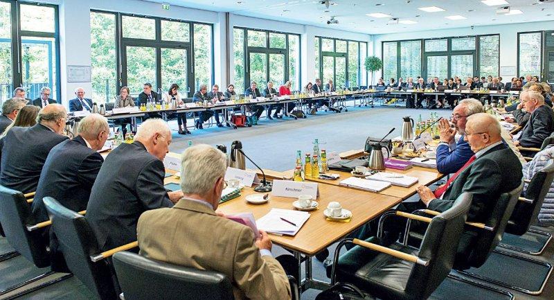 Öffentliche Plenumsitzung im Gemeinsamen Bundesausschuss: Die unparteiischen Vorsitzenden sitzen vorne, die Vertreter der Ärzte links, die Krankenkassen auf der rechten Seite. Foto: Svea Pietschmann