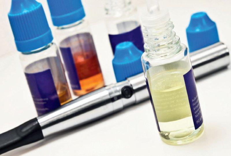 """Die E-Zigarette braucht """"Liquids"""". Sie besteht aus einem Mundstück, Batterie oder Akku, elektrischem Vernebler und Wechselkartusche. Foto: Fotolia/Pixelot"""