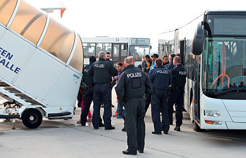 Für die Durchführung der Abschiebung abgelehnter Asylbewerber ist die örtliche Ausländerbehörde verantwortlich. Foto: dpa
