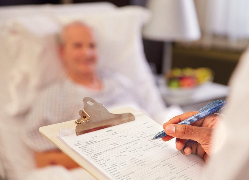 Assessment wird Pflicht: Künftig müssen die Krankenhäuser bei allen Patienten ermitteln, ob sie Hilfe beim Übergang in die ambulante Versorgung benötigen. Foto: iStockphoto