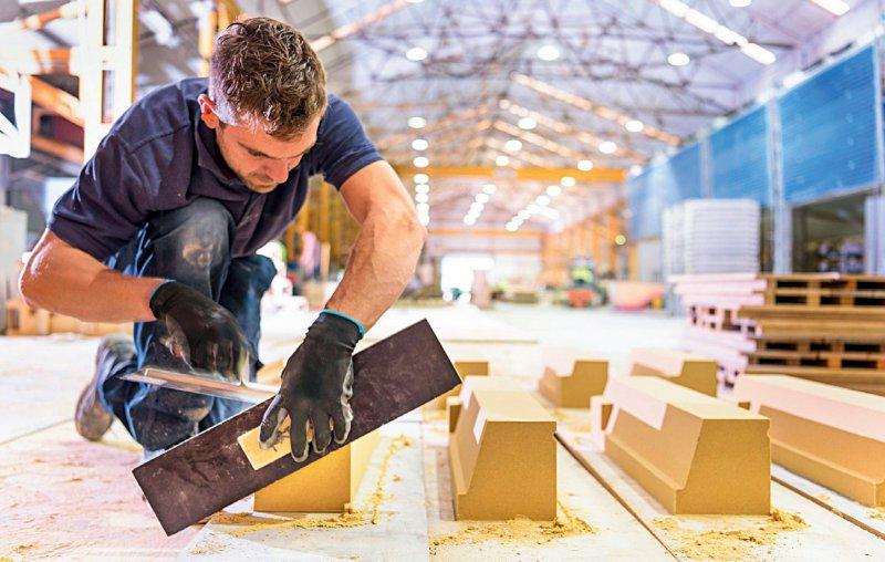 Wenn Schultern und Arme bei der Arbeit stark belastet werden, kann ein Anspruch auf eine präventive Rehabilitation entstehen. Foto: mauritius images