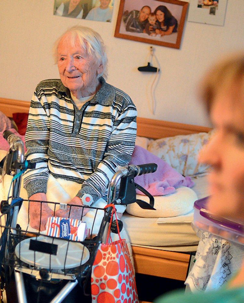 Bedürftige und Angehörige erhalten in dem Faltblatt auch Informationen über die neuen Pflegegrade. Foto: dpa