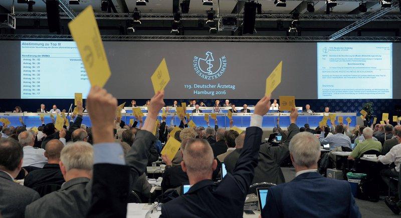 Fünf Frauen sind im 19-köpfigen Vorstand der Bundesärztekammer vertreten. Auch die Delegierten sind überwiegend männlich. Foto: Jürgen Gebhardt