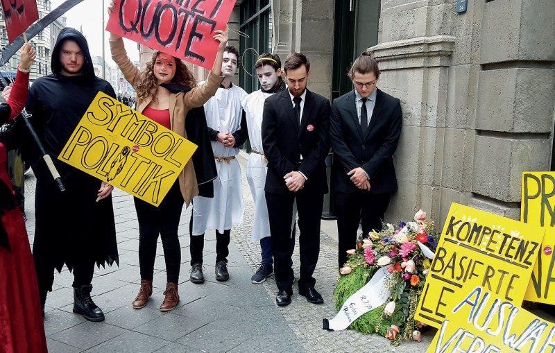 """""""RIP Echte Reform"""" war auf dem Kranz zu lesen, den Medizinstudierende vor dem Sitz der Kultusministerkonferenz in Berlin niederlegten. Foto: bvmd"""