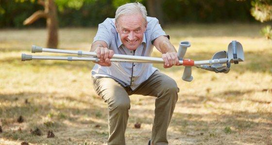 Älterer Mann macht Kniebeugen, um seine Leistungsfähigkeit zu steigern. /Robert Kneschke stock.adobe.com