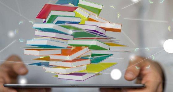 E-Journals - Bücher und Publikationen schweben über einem Tablet / vege stock.adobe.com