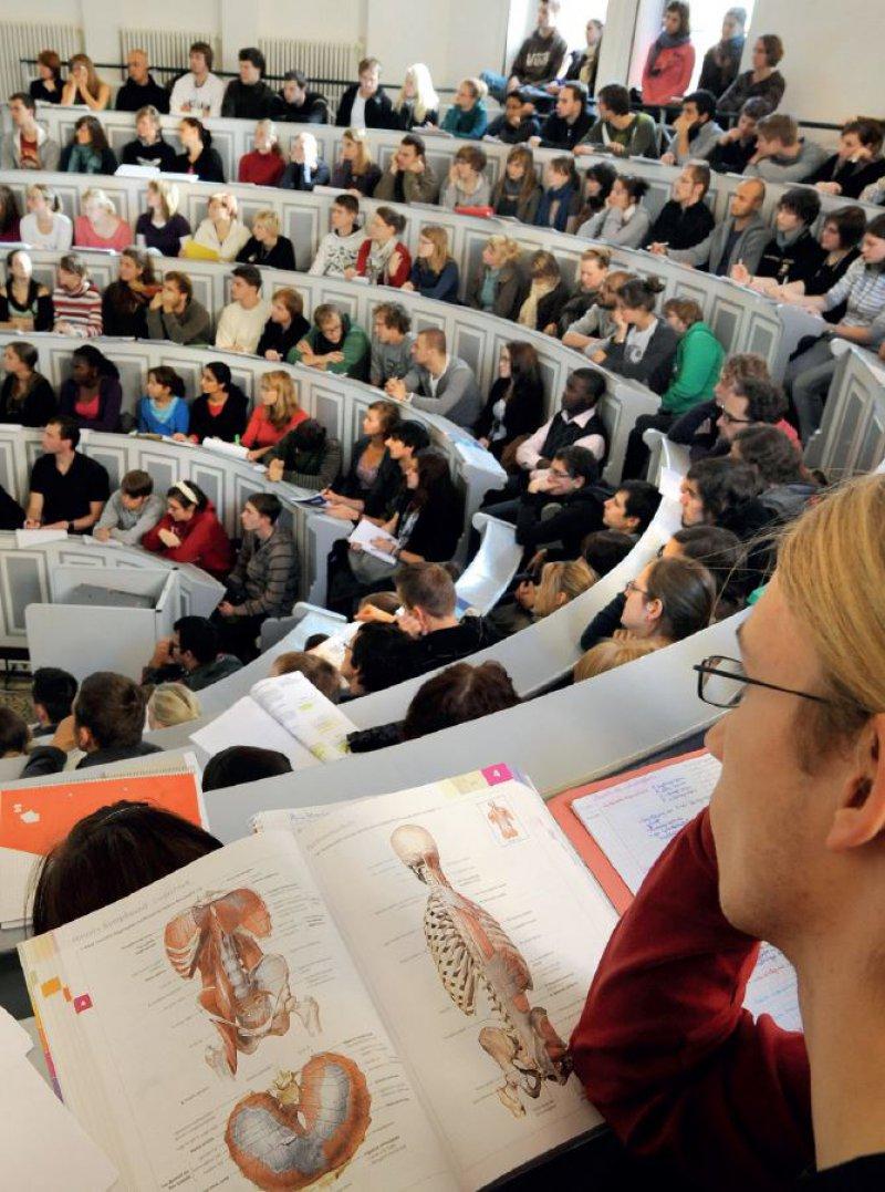 Lernen im vollen Hörsaal: Für einige Studierende ist das wenig effektiv. Für andere, beispielsweise Hörgeschädigte, nahezu unmöglich. Foto: dpa
