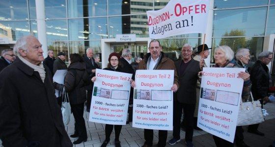 Duogynon-Opfer demonstrieren am 29.04.2016 in Köln anlässlich der Hauptversammlung von Bayer /dpa