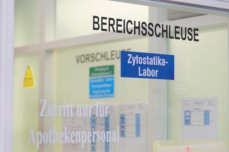 Keimfrei: Der Weg ins Reinraumlabor führt durch mehrere Schleusen. Foto: picture alliance/Dominique Leppin für Deutsches Ärzteblatt