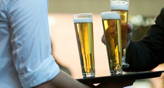 4 Gläser Bier aufeinem Tablett. /papermoonstudio, stock.adobe.com