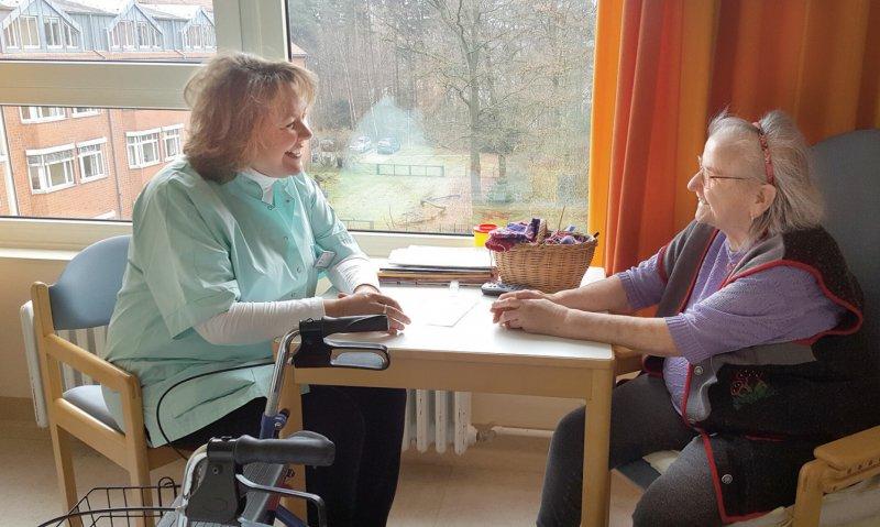 Beate Exner (links) im Gespräch mit einer Patientin. Fotos: privat
