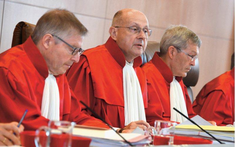 Der 1. Senat des Bundesverfassungsgerichts verhandelte über den Numerus clausus im Studium der Humanmedizin (von links: Wilhelm Schluckebier, Ferdinand Kirchhof [Vorsitz] und Michael Eichberger). Foto: dpa