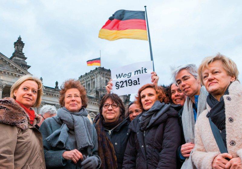 Kristina Hänel (2. von links) bei der Petitionsübergabe mit Politikerinnen und Unterstützerinnen vor dem Deutschen Bundestag. Foto: dpa