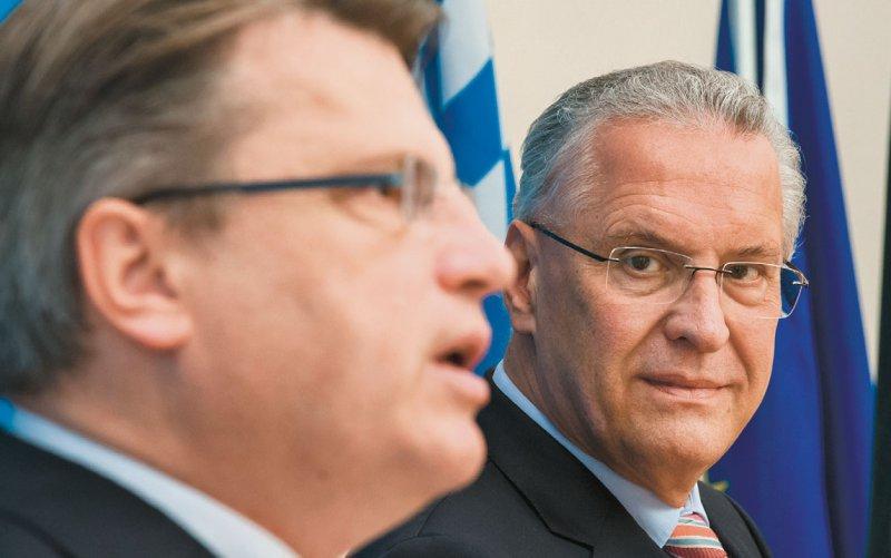 Bayerns Innenminister Joachim Herrmann (rechts) und Justizminister Winfried Bausback wollen die Korruption im Gesundheitswesen stärker bekämpfen. Foto: dpa