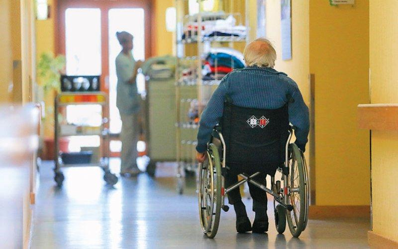 In Pflegeheimen gibt es dem Deutschen Institut für angewandte Pflegeforschung zufolge 17000 offene Stellen. Foto: dpa