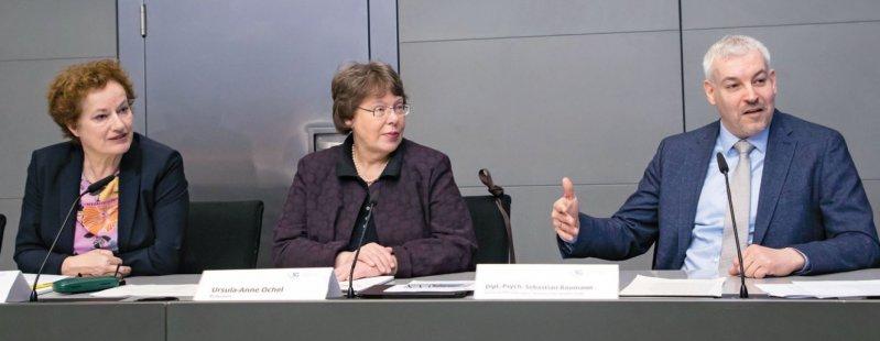 Eindeutige Forderungen vor der Presse stellten Ulrike Borst (links) und Sebastian Baumann (rechts) von der Systemischen Gesellschaft. Foto: Georg J. Lopata