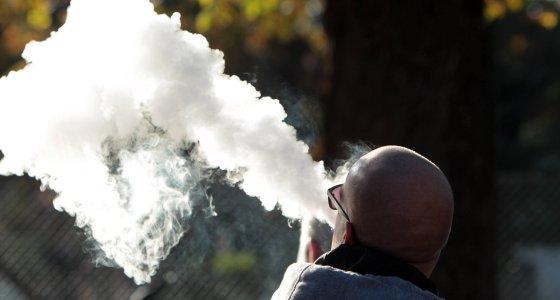 Große Dampfwolke erzeugt durch E-Zigarette /dpa