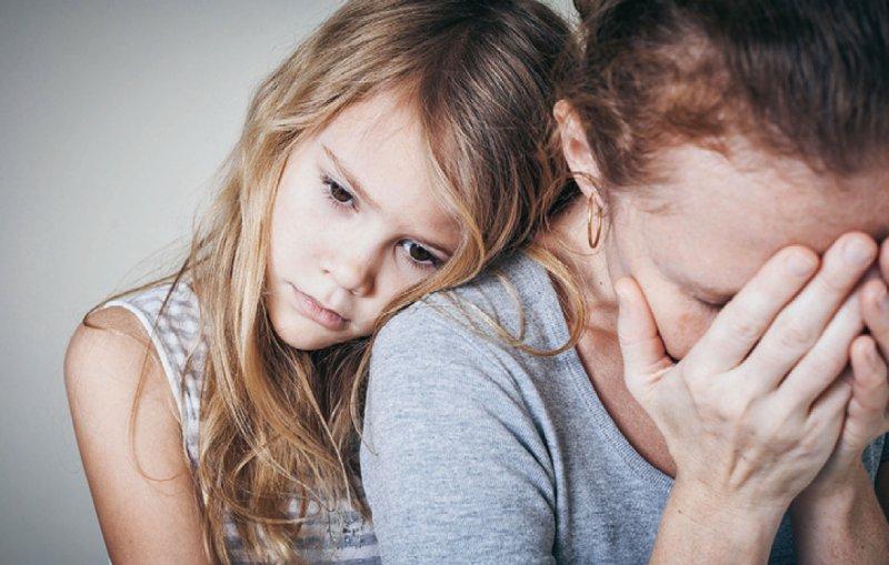 Depressionen oder eine Alkoholsucht der Mutter oder des Vaters sind heute noch ein Tabu – häufig verschweigen die Kinder aus Scham die Probleme zu Hause. Foto: altanaka/stock.adobe.com