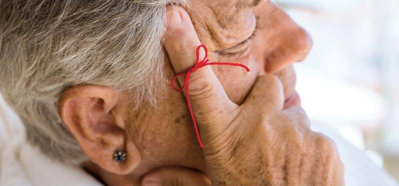 Wenn Vergesslichkeit zur Krankheit wird: Die Informationsblätter klären Interessierte und Angehörige über das Thema Demenz auf. Foto: simarik/iStockphoto
