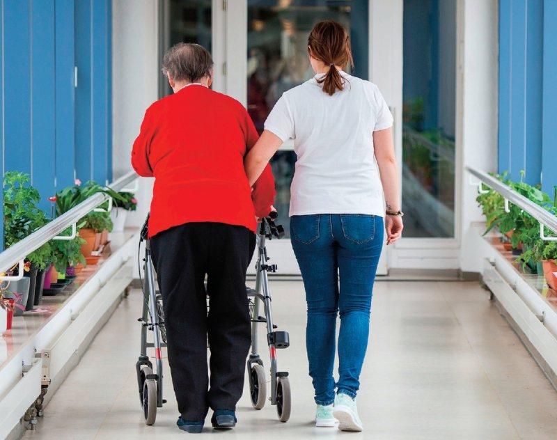 Neue Pflegekräfte in der Altenpflege sollen mit dem Gesetz finanziert werden: insgesamt 13 000. Foto: picture alliance