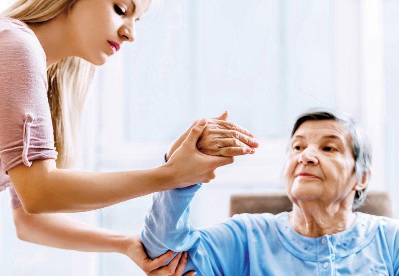 Vom einfachen Schmerzscreening bis hin zur Verlaufskontrolle gibt die Leitlinie Hinweise für Mitarbeiter von Altenheimen. Foto: skynesher/iStockphoto