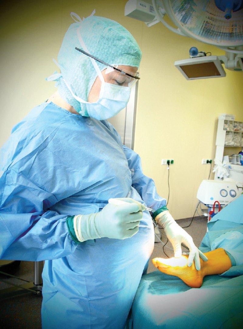 Operieren während der Schwangerschaft: Die Gefährdungsbeurteilungen sind bundesweit sehr unterschiedlich. Foto: Mettelsiefen-DGOU