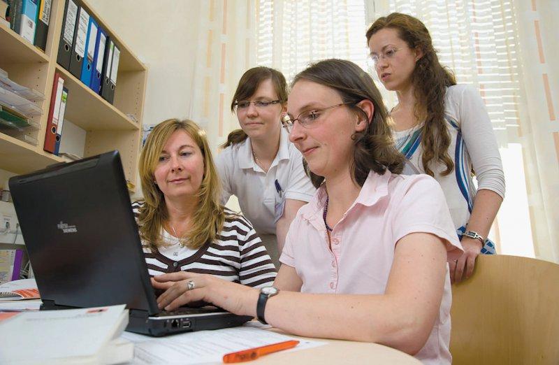 Ausbildung in sehr kleinen Gruppen: Für Antje Bergmann (ganz links), Allgemeinmedizin Dresden, ist dies der Vorteil der Lehre in der Allgemeinmedizin an den Unis. Foto: Markus Dlouhy