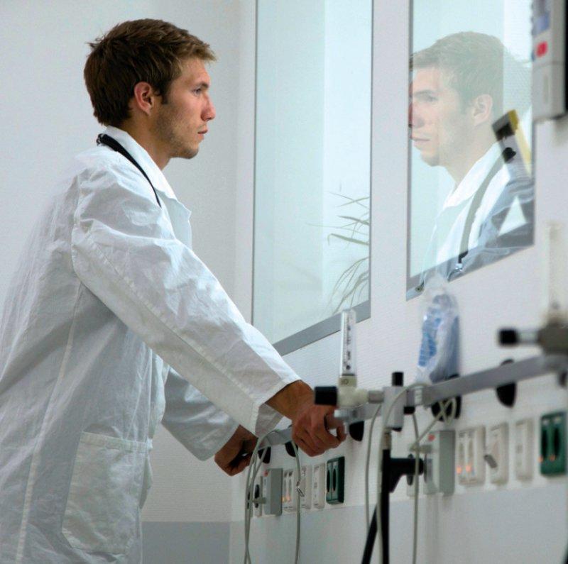 Allein gelassen an langen Arbeitstagen fühlen sich viele Medizinstudierende im Praktischen Jahr. Foto: picture alliance/Westend61