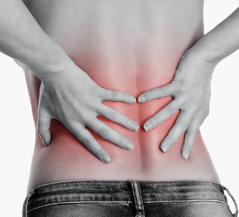 Viele Menschen leiden unter chronischen Schmerzen im unteren Rücken. Foto: underdogstudios/stock.adobe.com