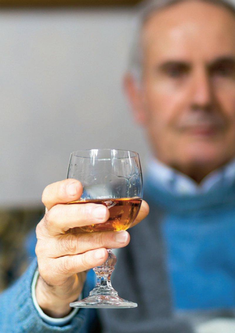Die Wirkungsweise von Alkohol verändert sich im Alter, zudem können Wechselwirkungen mit Medikamenten gefährlich werden. Foto: JumalaSika/stock.adobe