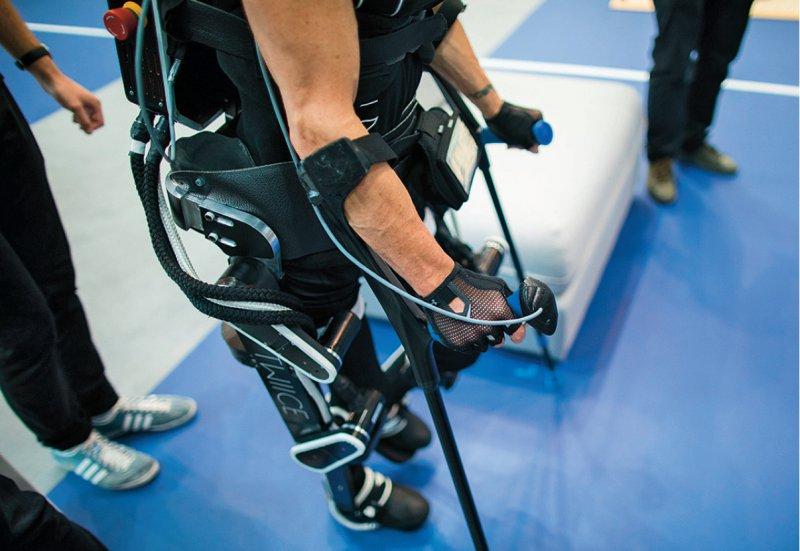 Wieder stehen und gehen dank Exoskelett: Paraplegiker können ab sofort die Kostenübernahme für das Hilfsmittel beantragen. Foto: dpa