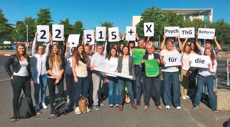 22 515 Unterschriften haben angehende Psychotherapeuten gesammelt. Foto: privat