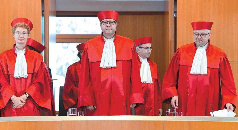 Die Fixierung eines Patienten sei ein Eingriff in dessen Grundrecht auf Freiheit der Person, sagte der Vorsitzende des Zweiten Senats, Andreas Voßkuhle (Mitte). Foto: dpa