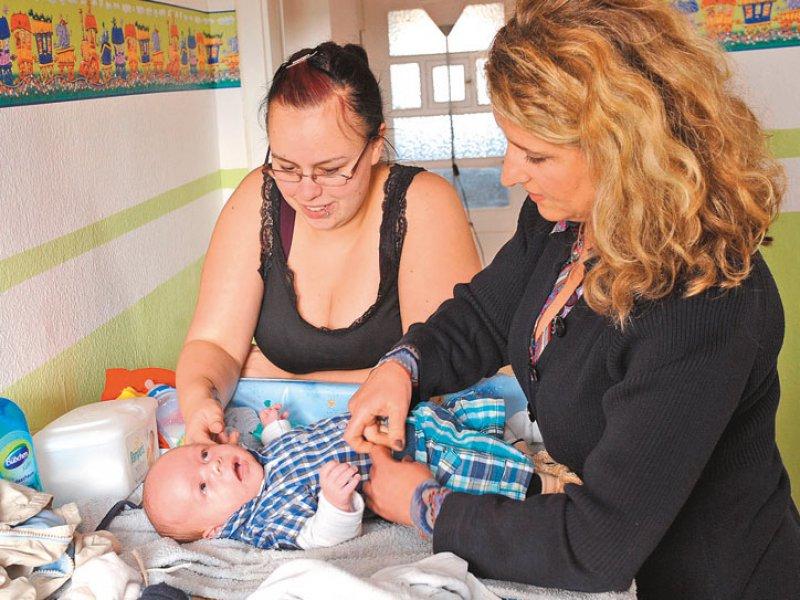bedürftige Familie wird von einer Familienhebamme betreut. Foto: dpa