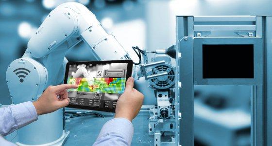 Roboterarm und Tablet zur Analyse von KI /zapp2photo, stockadobecom